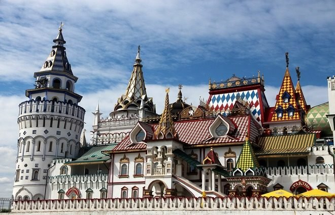Discover the Kremlin Territory, the chief architectural ensemble of the city, with five palaces and four cathedrals, and the Kremlin Armory, one of Moscow's oldest museums.