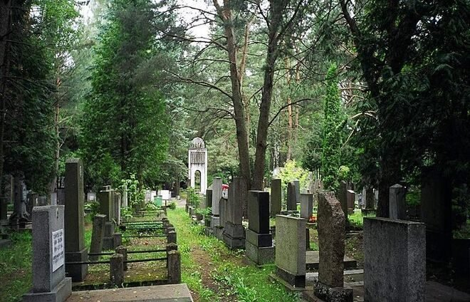 Spend the morning at the Jewish Cemetery of Vilna.