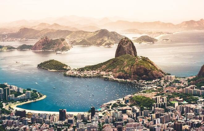 Take a panoramic tour of Rio de Janeiro including views of Teatro Municipal, the National Library, and the City Council building – all of them inspired by European 18th-century architecture.